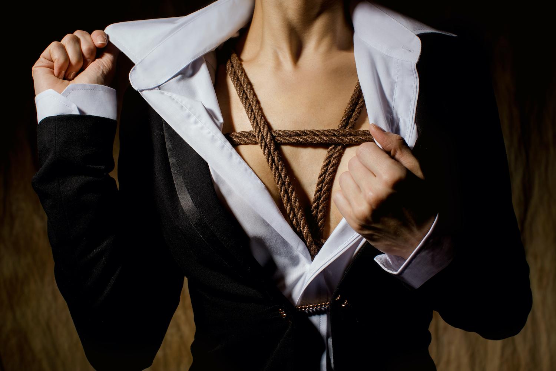 Frau, die unter der Bluse Bondage-Fesselungen trägt