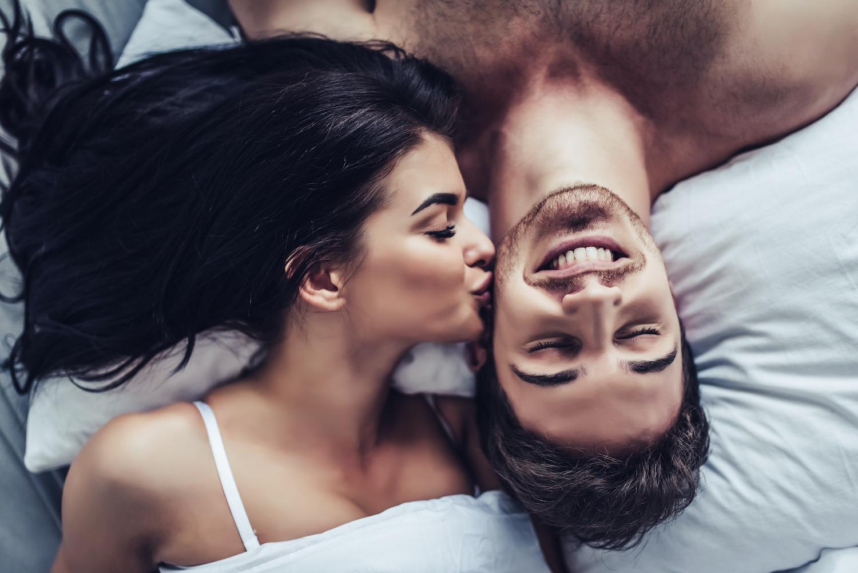 Frau küsst man als Symbolbild für Energy Sex