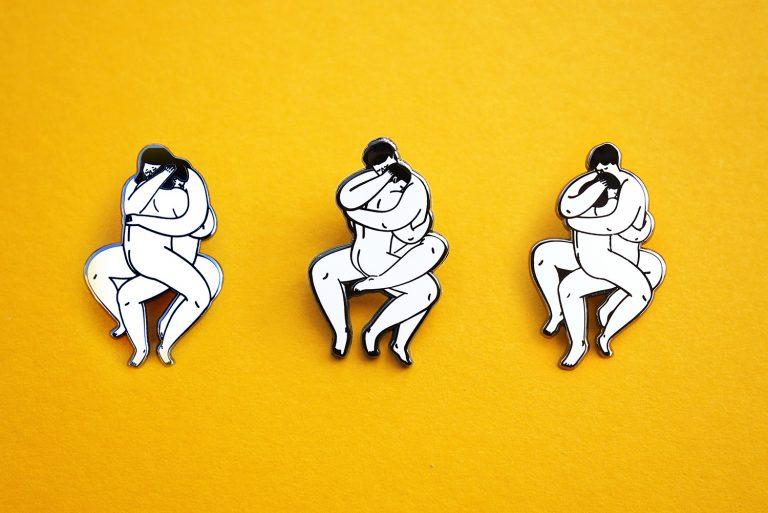 Pin, Anstecken mit knutschendem Paar