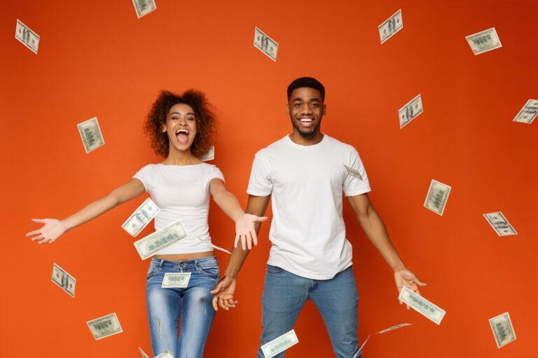Paar, um das Geld vom Himmel fällt
