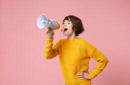 Frau mit Lautsprecher