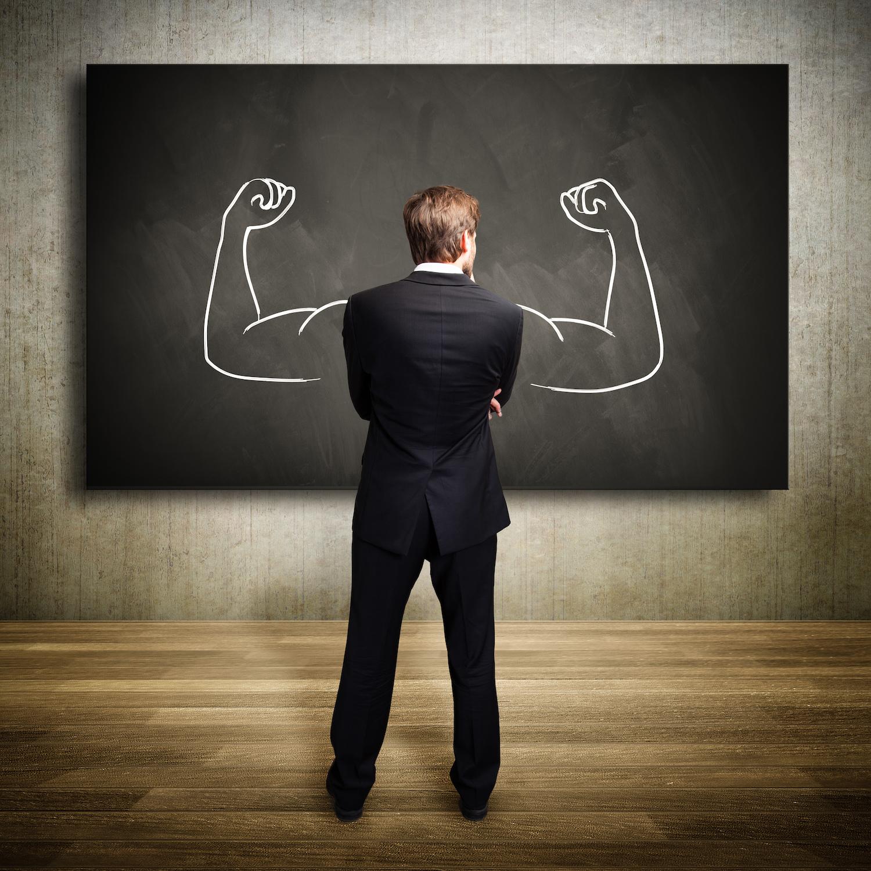 Mann vor Tafel, mit gezeichneten Muskeln