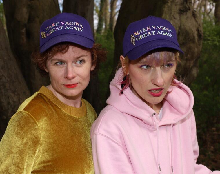 Tina Molin (l) und Luise Zücker mit Statement-Cap